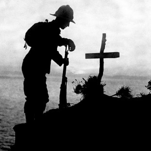 Lancaster And Morecambe Citizen: A British soldier pays his respects at the grave of a colleague after the Gallipoli landings in 1915